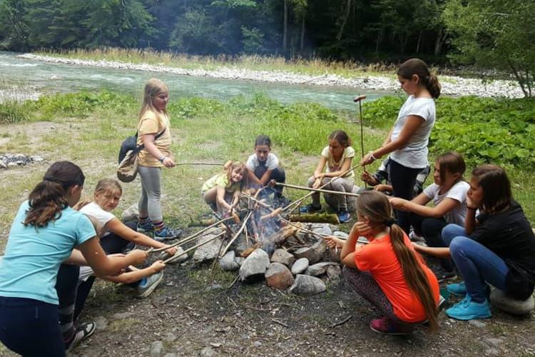 Enfants faisant des grillades dans la nature lors d'un camp d'équitation à Château-d'Oex - Ecole d'équitation Jean Blatti