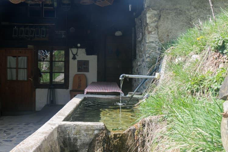 Fontaine visible durant les camps d'équitation au manège de Jean Blatti à Château-d'Oex