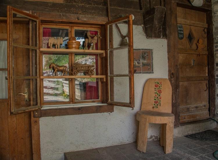 Vue de l'entrée de la maison dortoir pour les camps d'équittion au manège de Château-d'Oex - Jean Blatti