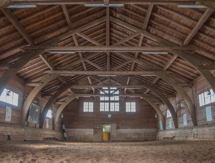 Vue de l'intérieur de l'école d'équitation Jean Blatti au manège de Château-d'Oex