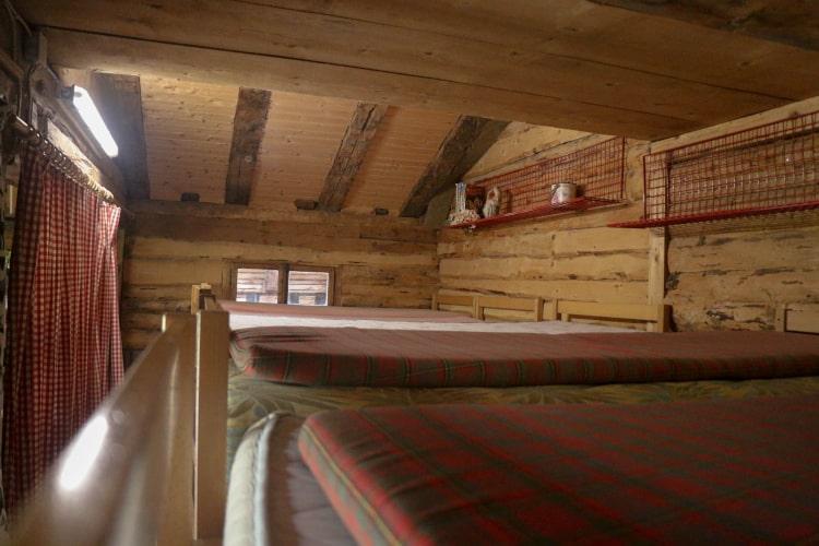Vue d'une partie des dortoirs des camps d'équittion au manège de Château-d'Oex - Jean Blatti